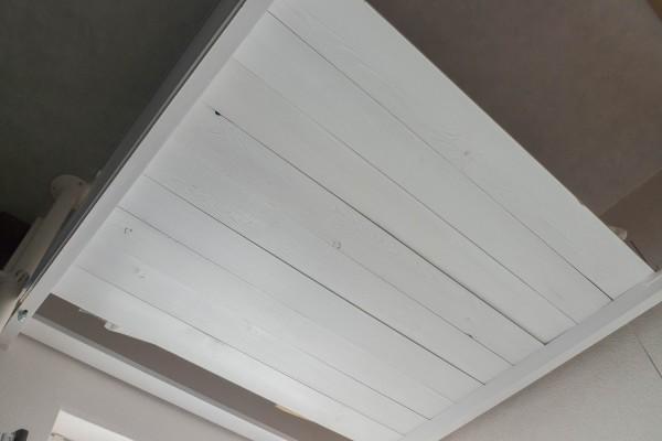 照明を取り付けるロフトの天井