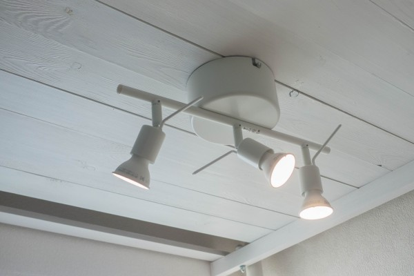 引っ掛けシーリング→コンセント変換コネクタを使って、照明器具(IKEA Tross)をロフト下に設置する方法-完成